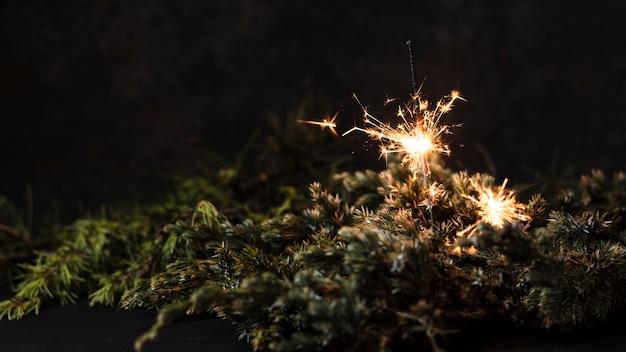 黒の背景を持つハンドヘルド花火 無料写真