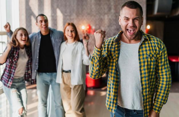 ボウリングクラブミディアムショットに立って幸せな友達 無料写真
