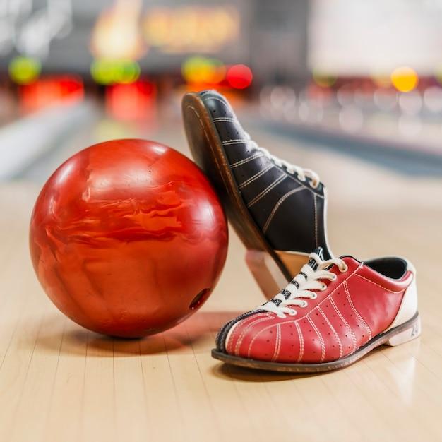 赤いボウリングボールとボウリングシューズ 無料写真