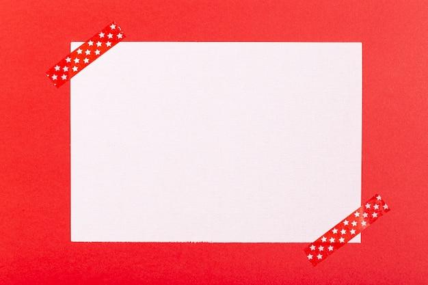 赤の背景の空白のシート 無料写真