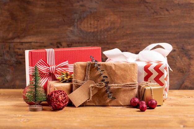 木製のテーブルにラップされたクリスマスプレゼント 無料写真