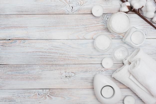 バスソルトと木製の背景に綿の花 無料写真