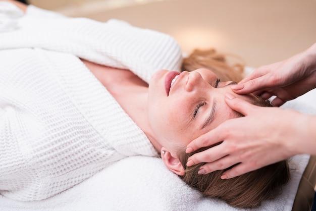 スパでヘッドマッサージを楽しむ女性 無料写真