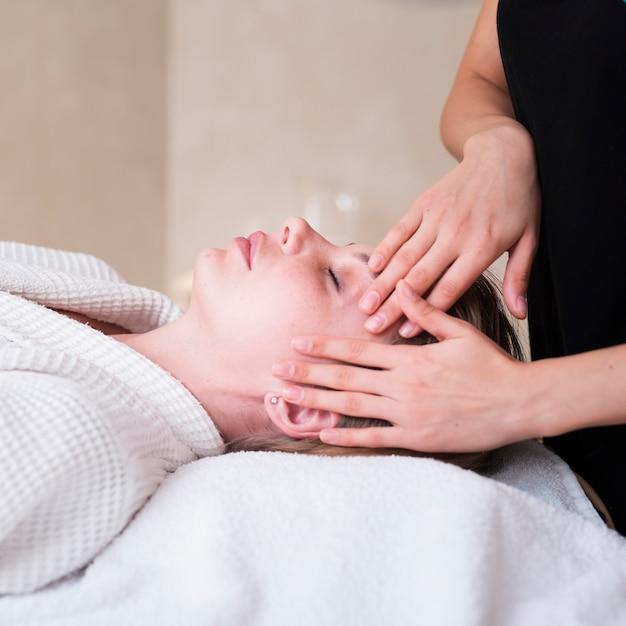 スパでの女性のヘッドマッサージテクニック 無料写真
