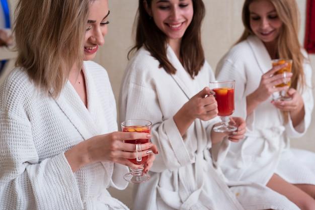 スパで健康的な飲み物をしようとしている女性 無料写真