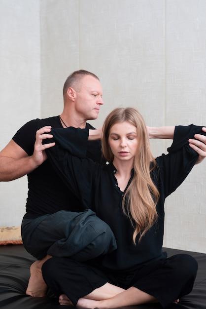 スパでボディセラピーをしようとしているカップル 無料写真