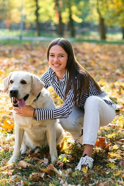 Счастливая женщина с ее милой собакой Бесплатные Фотографии