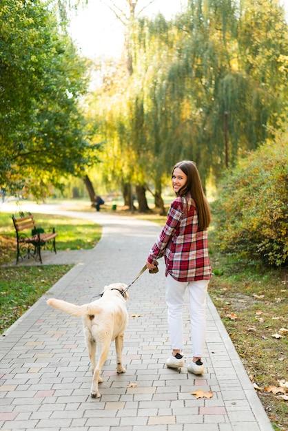 Полное шоу женщина гуляет со своей собакой Бесплатные Фотографии