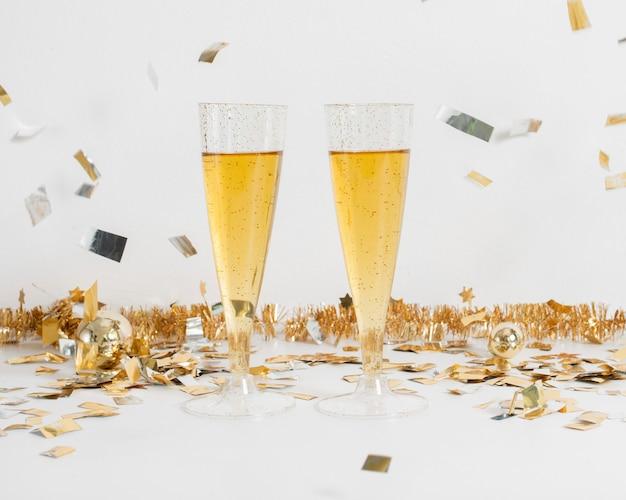 Бокалы шампанского с украшением Бесплатные Фотографии