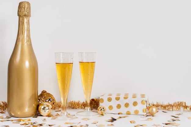シャンパンボトルグラスとコピースペースが付いている装飾 無料写真
