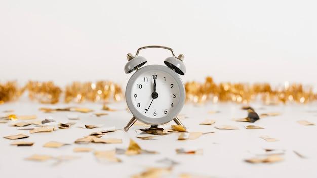 装飾が施されたクラシックな目覚まし時計 無料写真