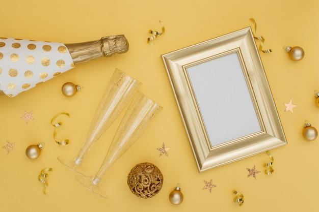 Бутылка шампанского и украшения с рамой макет Бесплатные Фотографии
