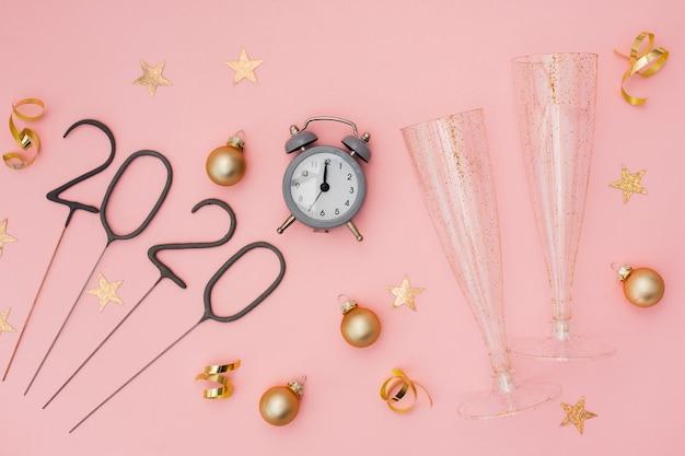 目覚まし時計とメガネでお祝いパーティーの装飾 無料写真