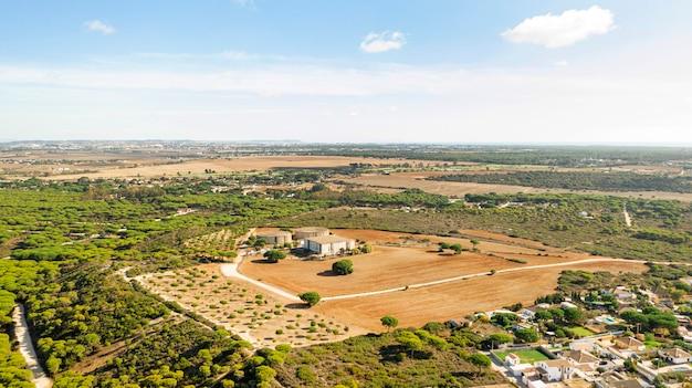 Вид с воздуха на сельский пейзаж и поле культур Бесплатные Фотографии