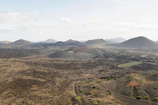 Снимок красивого леса и гор, взятых дроном Бесплатные Фотографии