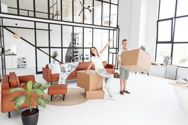 Длинная пара счастлива о новом доме Бесплатные Фотографии