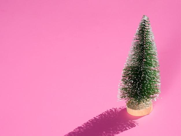 Минимальная новогодняя елка на розовом фоне Бесплатные Фотографии