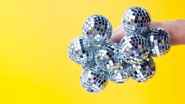 Рука дискотечные шары с крупным планом Бесплатные Фотографии