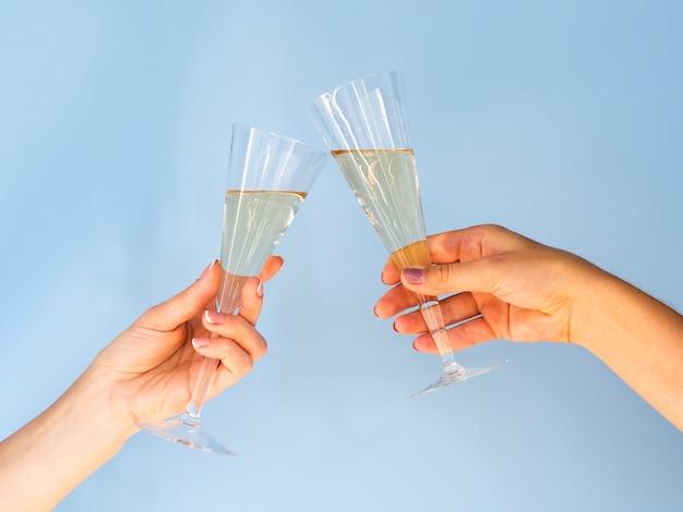 シャンパンで乾杯したグラス 無料写真