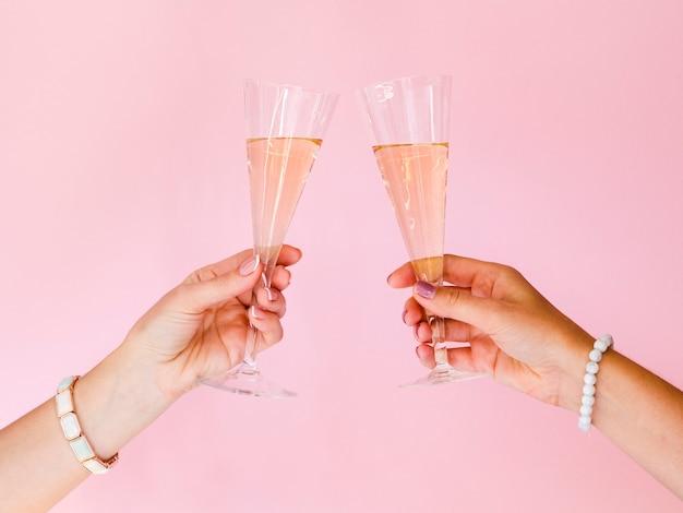 シャンパングラスで乾杯の手 無料写真