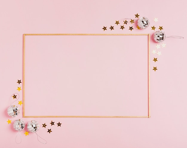 ピンクの背景にクリスマスボールとかわいいフレーム 無料写真