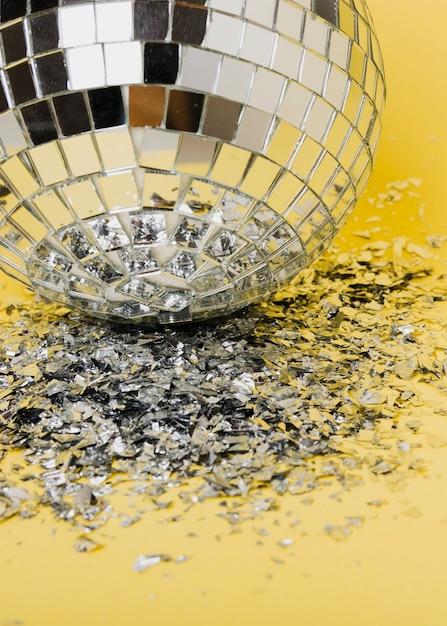 Крупным планом серебряные огни елочного шара и разбитого стекла Бесплатные Фотографии