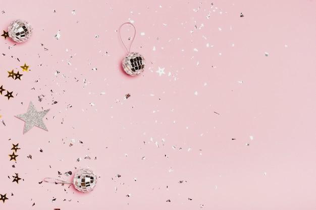 銀のクリスマスボールとキラキラとトップビューコピースペースフレーム 無料写真