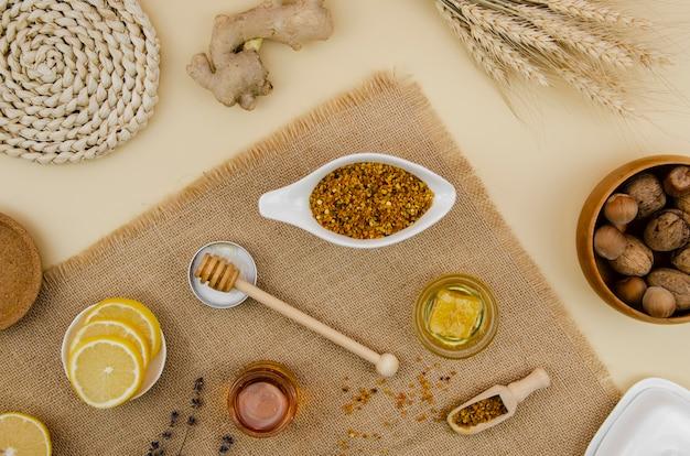 レモンとハニカムと蜂蜜の上面と花粉 無料写真