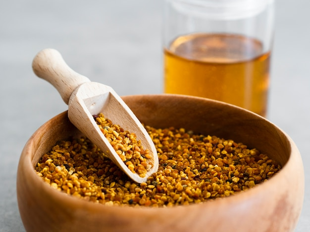 蜂の花粉の木製スクープ 無料写真