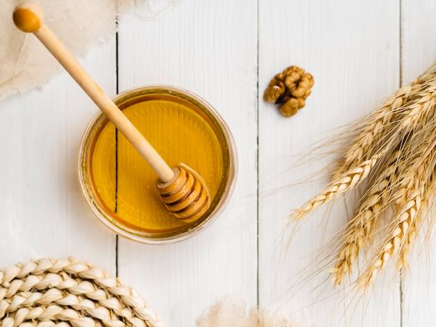 Вид сверху на мед рядом с пшеницей Бесплатные Фотографии