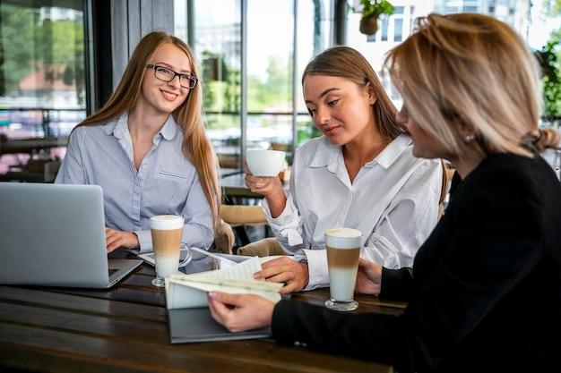 Встреча для работы с кофейными процедурами Бесплатные Фотографии