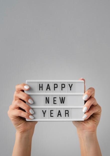 コピースペースで手で開催されている幸せな新年カード 無料写真