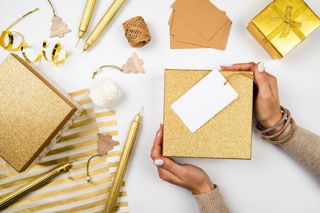 ギフトボックスと包装紙のトップビューの配置 無料写真