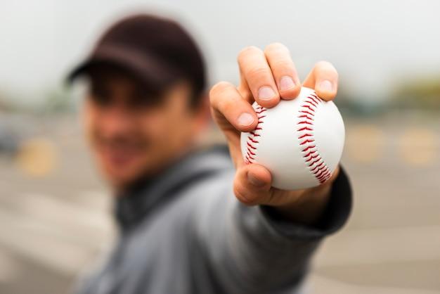 Расфокусированные мужчина держит бейсбол в руке Бесплатные Фотографии