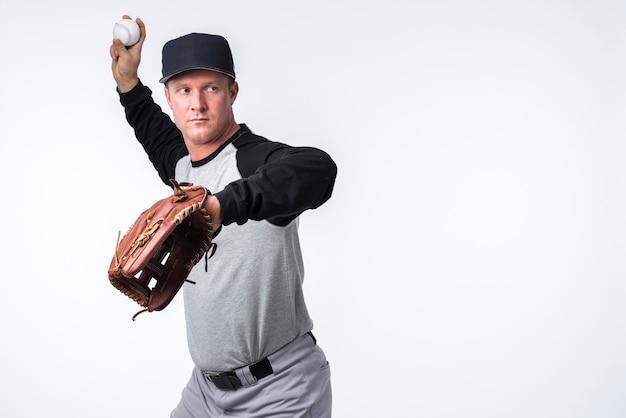 野球選手がボールを投げる 無料写真