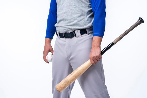 Игрок в бейсбол с битой и мячом Бесплатные Фотографии