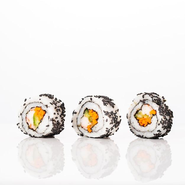 Вид спереди маки суши роллы с кунжутом Бесплатные Фотографии