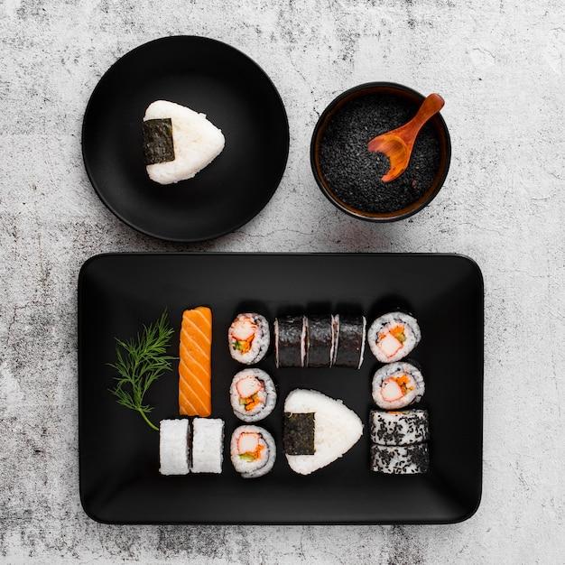 Плоский набор суши на черной прямоугольной тарелке с копией пространства Бесплатные Фотографии