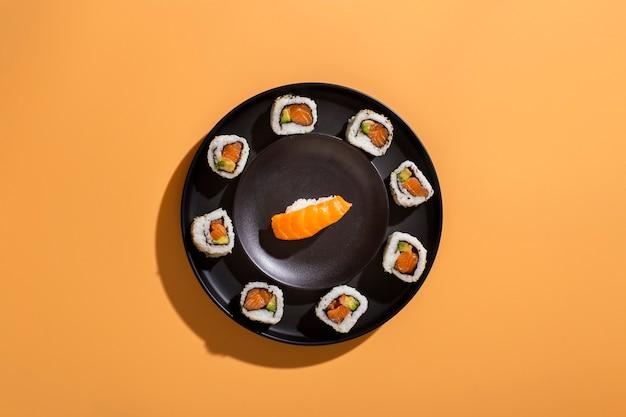 Тарелка суши роллов с нигири Бесплатные Фотографии