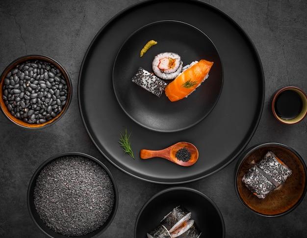 Плоский микс суши на черной тарелке Бесплатные Фотографии
