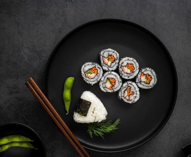 Плоские маки суши с рисом и палочками Бесплатные Фотографии