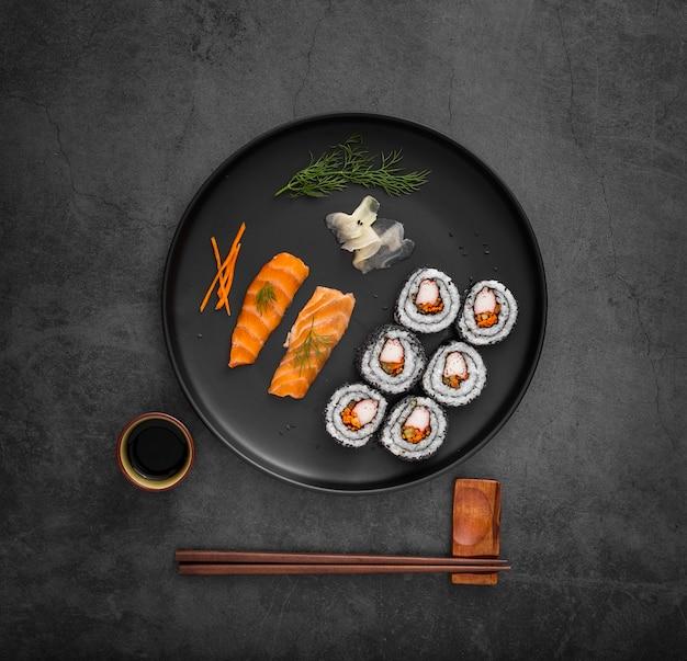 Микс суши с соевым соусом и палочками Бесплатные Фотографии