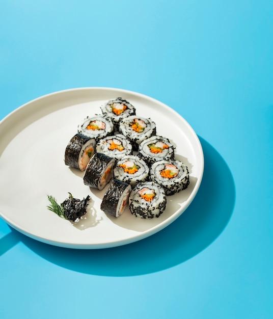白いプレートに巻き寿司 無料写真