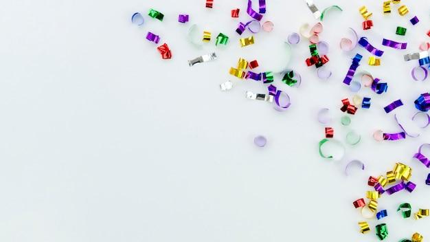 白い背景の上のかわいい新年カラフルなアクセサリー 無料写真