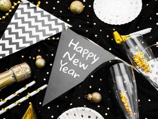 新年のレタリングと花輪の配置 無料写真