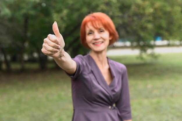 Портрет пожилой женщины с рыжими волосами Бесплатные Фотографии