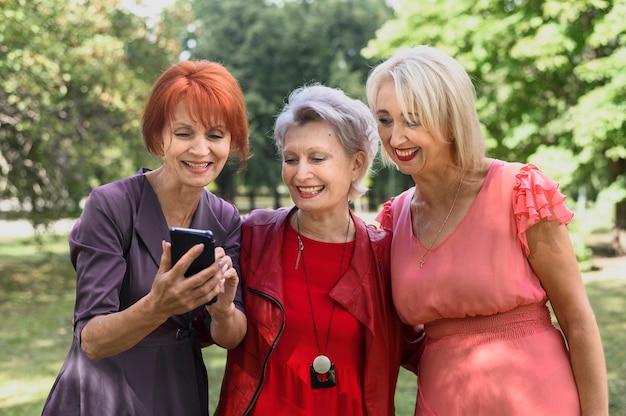 Старшие женщины проверяют телефон вместе Бесплатные Фотографии
