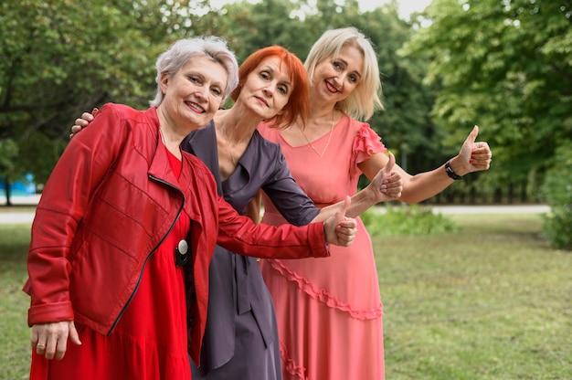 公園で一緒に成熟した女性 無料写真