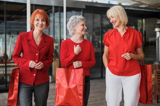 正面のエレガントな高齢女性 無料写真