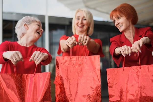 バッグを笑顔で成熟した女性 無料写真